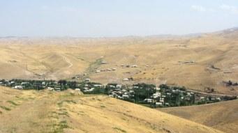 En route vers Jalal Abad, les villes sont comme des oasis dans le désert. La frontière ouzbek a un tracé tout bizarre qui nous oblige a faire un détour de 70km dans la vallée du Ferghana.