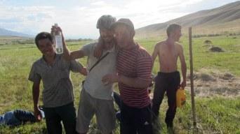 Vincent a droit à boire son verre de vodka de bienvenue puis le verre de vodka d'adieu. Visiblement, certains avaient déjà bu une bouteille ou deux d'avance. On a vu beaucoup d'hommes ivres au Kirghizstan, certains dès le matin.