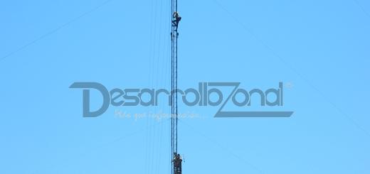 Bomberos Voluntarios de VGG rescatan a joven que intentó tirarse de una antena.