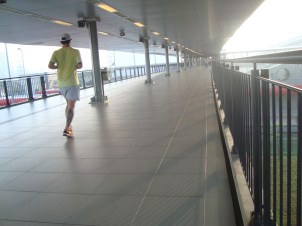 Correndo na plataforma de acesso ao metrô e CPTM.
