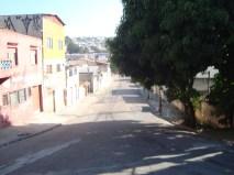 Tranquila rua de bairro que termina na São Miguel