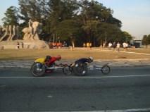 Em frente ao monumento às bandeiras