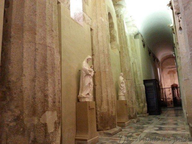 Detalhe das colunas do Templo de Atena na parte interna da Catedral
