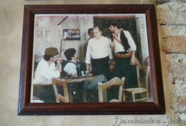 Fotografia exposta dentro do bar, que retrata a cena do filme
