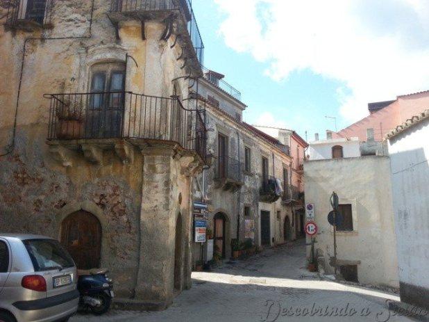 A famosa rua onde Michael passeia com Kay, mostrando a casa onde nasceu Don Vito Corleone