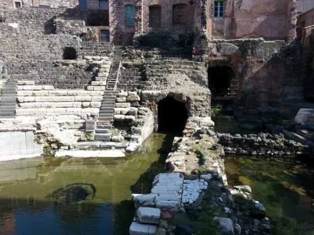 Na água que frequentemente cobre o palco do teatro já apareceram até moreias nadando!