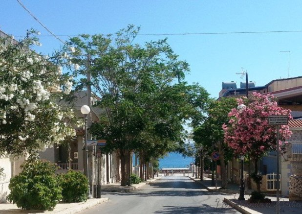 Via Vittorio Emanuele, que corta a cidade de uma ponta à outra. O mar visto neste caso é o Jônio, na outra extremidade fica o Mediterrâneo
