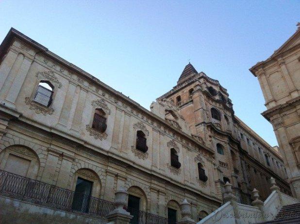 Mosteiro do Santíssimo Salvador (S.S. Salvatore), que no século XVIII pertencia às freiras da alta burguesia siciliana. O edifício é obra do arquiteto Rosario Gagliardi, um dos líderes da reconstrução de Noto.