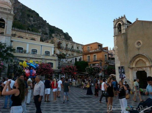 A Piazza Vittorio Emanuele sempre foi a praça principal de Taormina, desde os tempos de Tauromenion. Ali se encontravam os principais edifícios públicos, o mercado e também era o lugar onde eram realizadas assembleias populares.