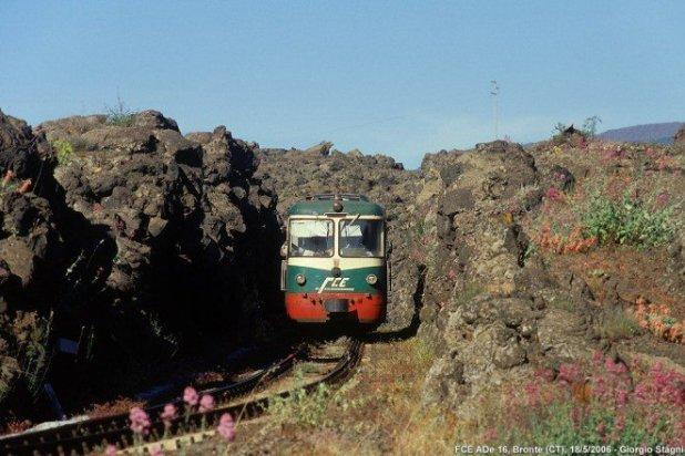 Foto do fotógrafo Giorgio Stagni, que dá bem a ideia da largura do corredor de lava sólida.