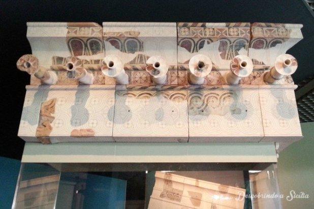 Recomposição da parte superior da fachada de um edifício de época grega em Siracusa, com as bicas para escorrimento da água.