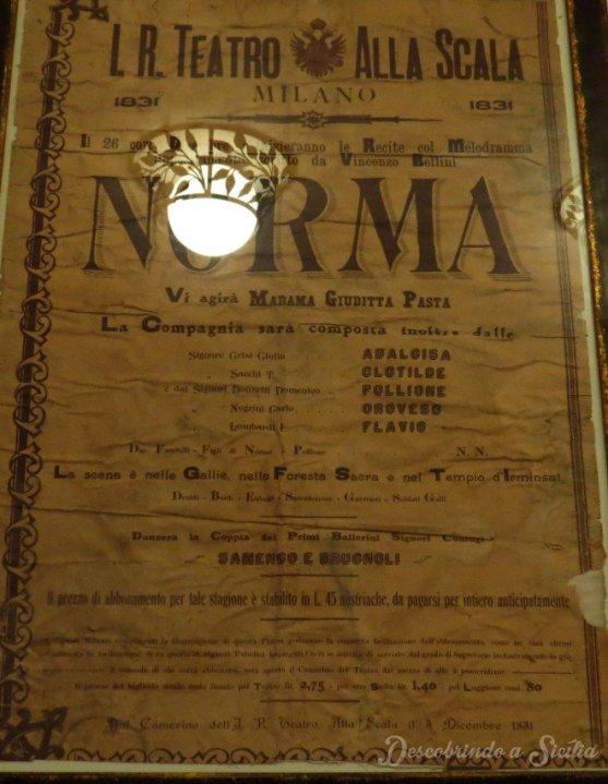 Cartaz original da apresentação da ópera Norma no Teatro La Scala de Milão - Pena que não teve jeito do lustre não refletir no vidro.