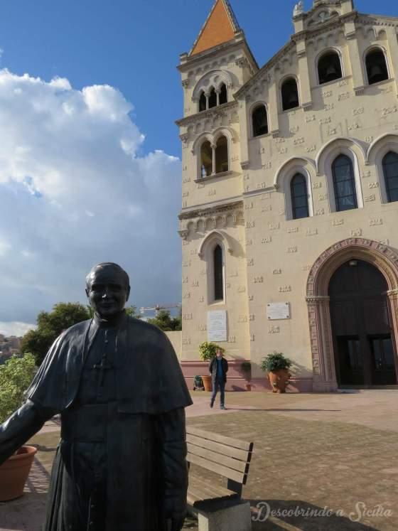 Estátua de João Paulo II que reproduz sua expressão ao admirar a vista do Santuário de Montalto.