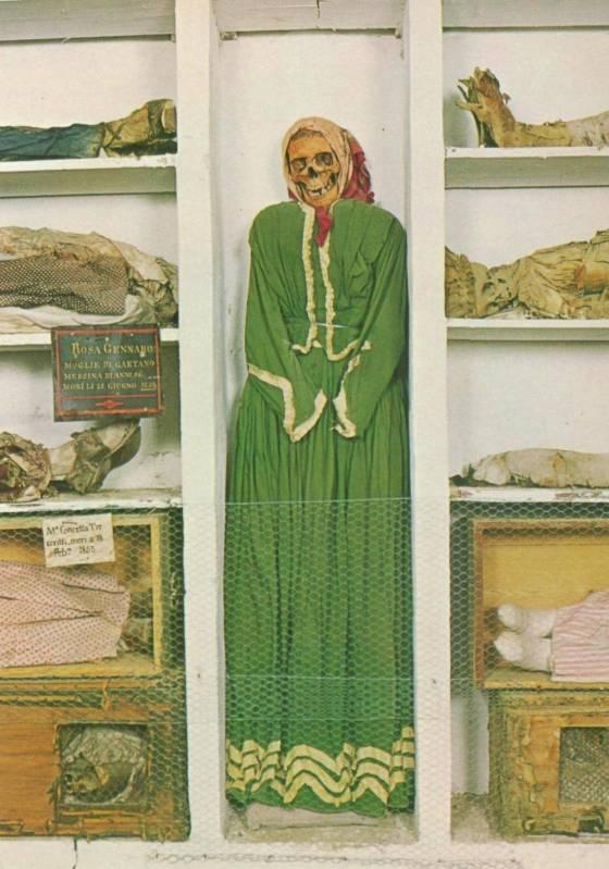 Na ala das mulheres, uma distinta senhora em seu vestido de seda. Foto: Commons