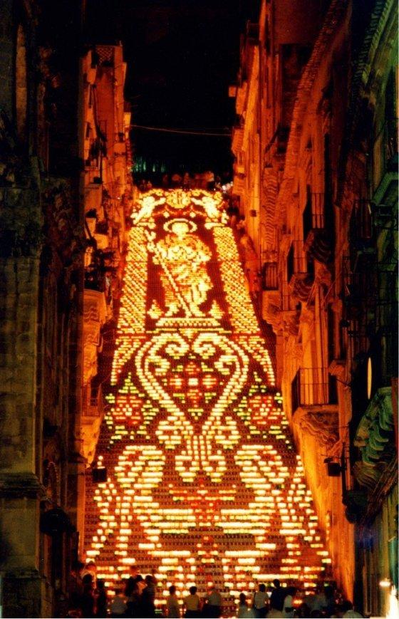Escadaria iluminada durante a Festa de San Giacomo. Foto: Prefeitura de Caltagirone.