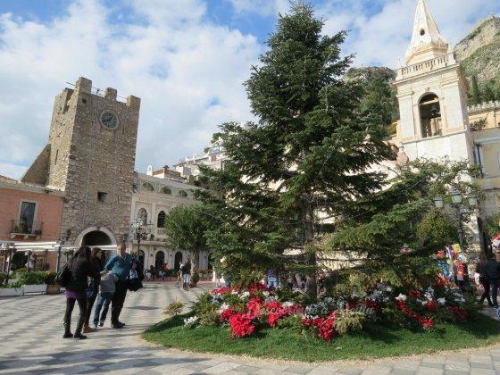 A árvore de natal, bem simples, que fica na Piazza IX Aprile.
