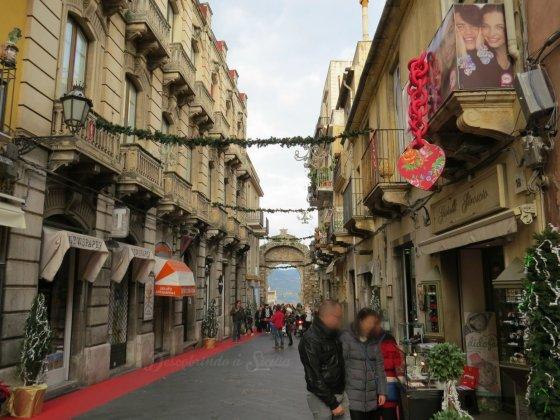 O Corso Umberto e suas decorações de Natal.