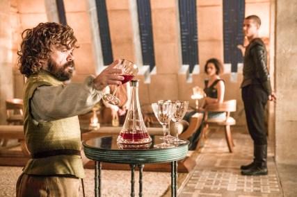 Peter Dinklage como Tyrion Lannister, Nathalie Emmanuel como Missandei y Jacob Anderson como Gusano Gris