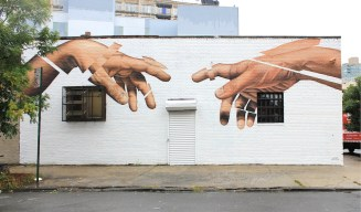 manos en fachada james bullough