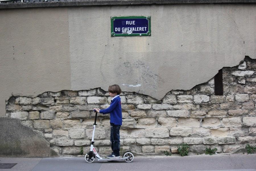 Em Paris, a empresa Lime é uma das que oferece aluguel de patinetes pela cidade.