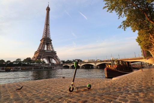 Os patinetes e hoverboards se popularizaram como meios de transporte por toda a França
