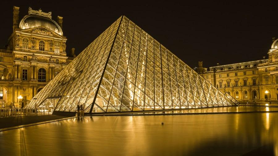 Se estiver em dúvidas do que fazer à noite em Paris, visitar os arredores do Museu do Louvre pode ser uma experiência inesquecível