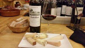 Ración de queso con copia de vino