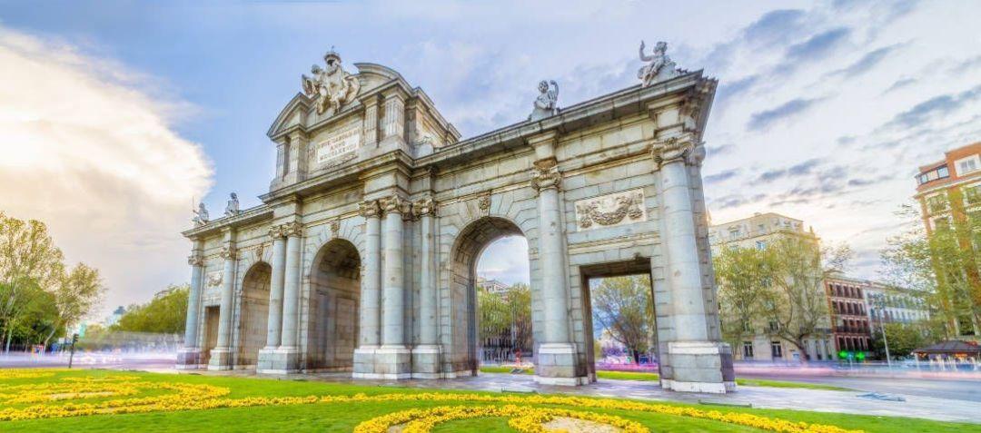 Vista de la puerta de Alcalá con el retiro de fondo