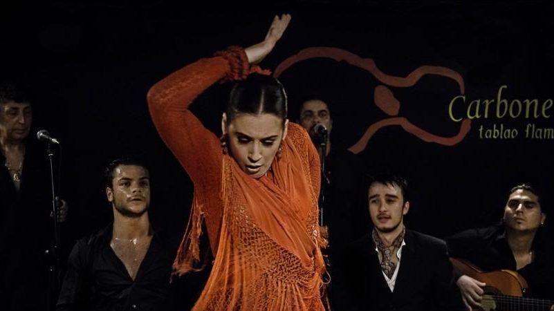 bailaora em tablao flamenco
