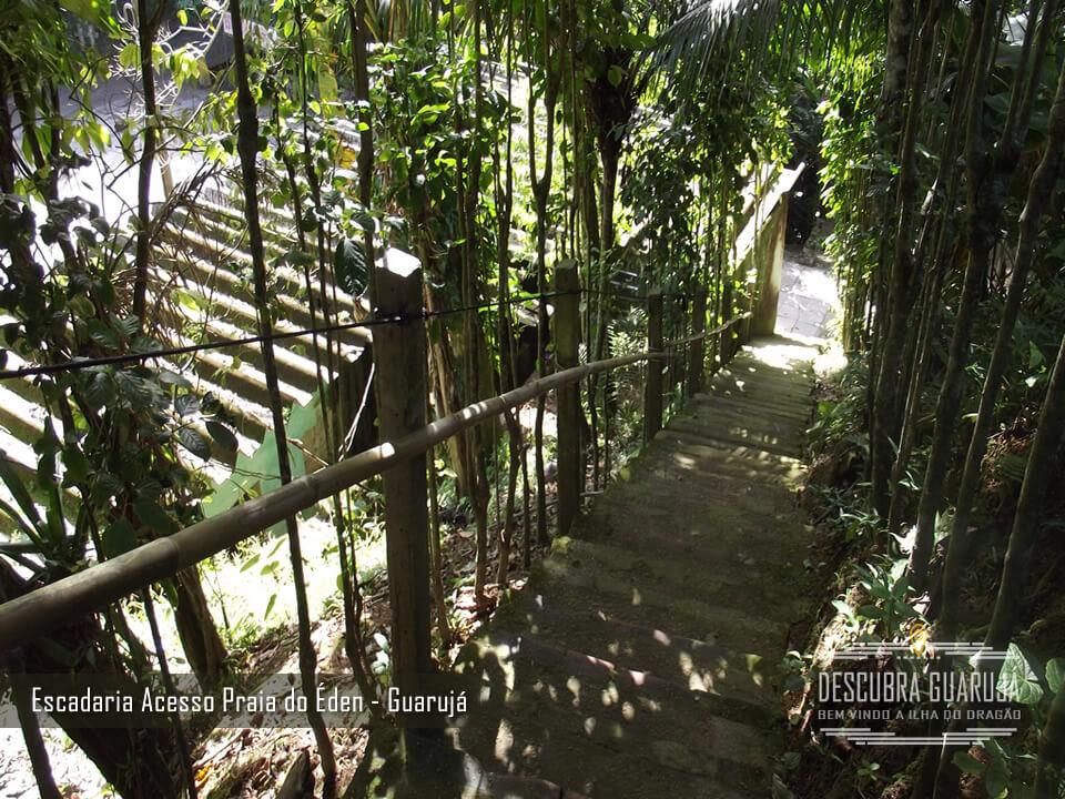 Escadaria da saida do estacionamento na Praia do Éden