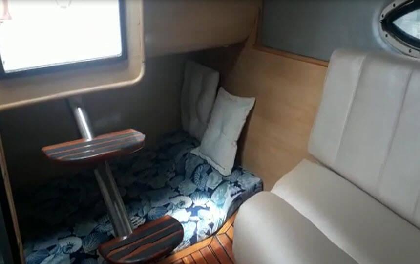 Interior da Lancha Real Class 31 pes - Barreto Passeios e Aluguel de Lancha no Guarujá