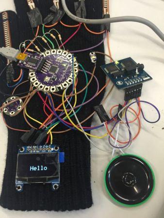 guante Arduino2 338x450 - Un guante inteligente que traduce el lenguaje de signos a texto y audio.