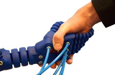 robotic hand2 685x450 - Un brazo robótico impreso en 3D que responde a gestos humanos
