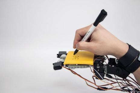 roboticamano-675x450 ¿Te gustaría tener una mano extra robótica? El MIT ya la ha diseñado