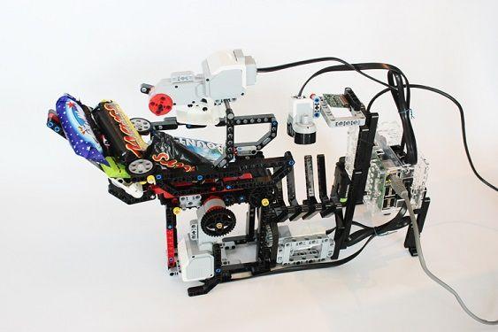 halloween-robot-pi2 Un dispensador de chuches inteligente con Raspberry Pi y piezas de LEGO