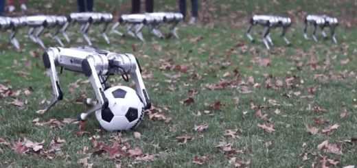 robot mini cheta jugando al futbol