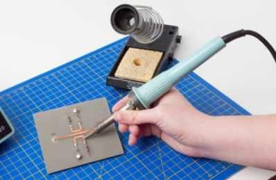 soldador con soporte y esponja - Cómo soldar, Una simple guía para principiantes y aficionados