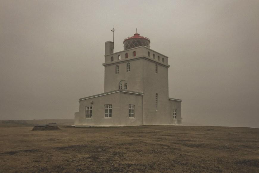 Faro Dyrhólaey en el sur de Islandia