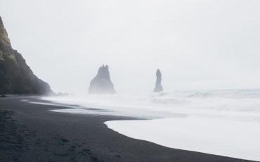 Islotes de Vík vistos des de la playa Reynisfjara