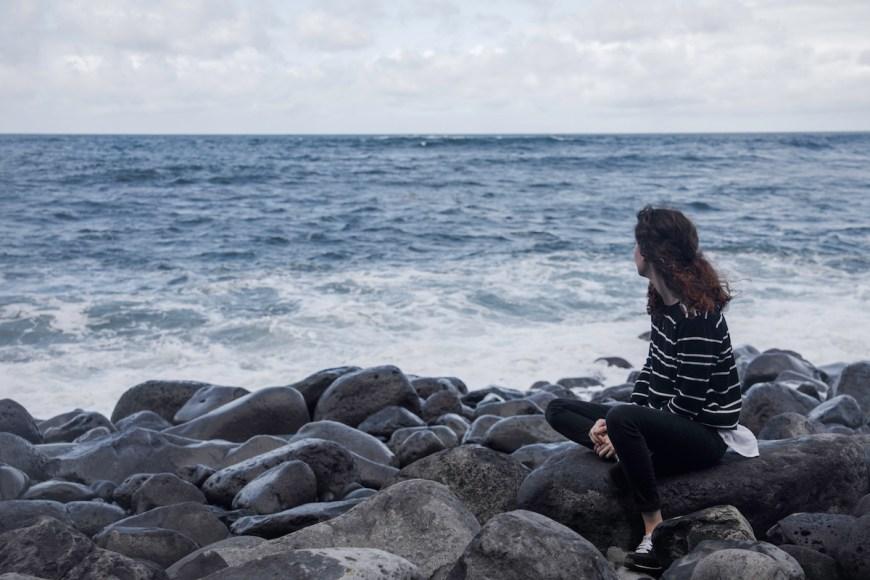 Anna frente al Océano Atlántico en Madeira.