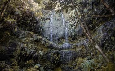 Cascada en la levada do Caldeirao Verde en Madeira