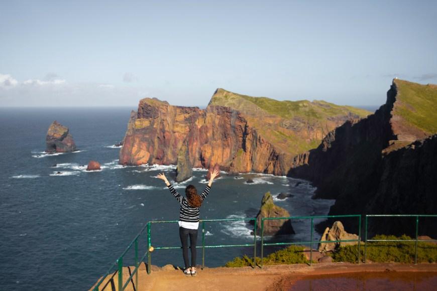 Anna frente a los acantilados de Sao Lorenzo en Madeira.
