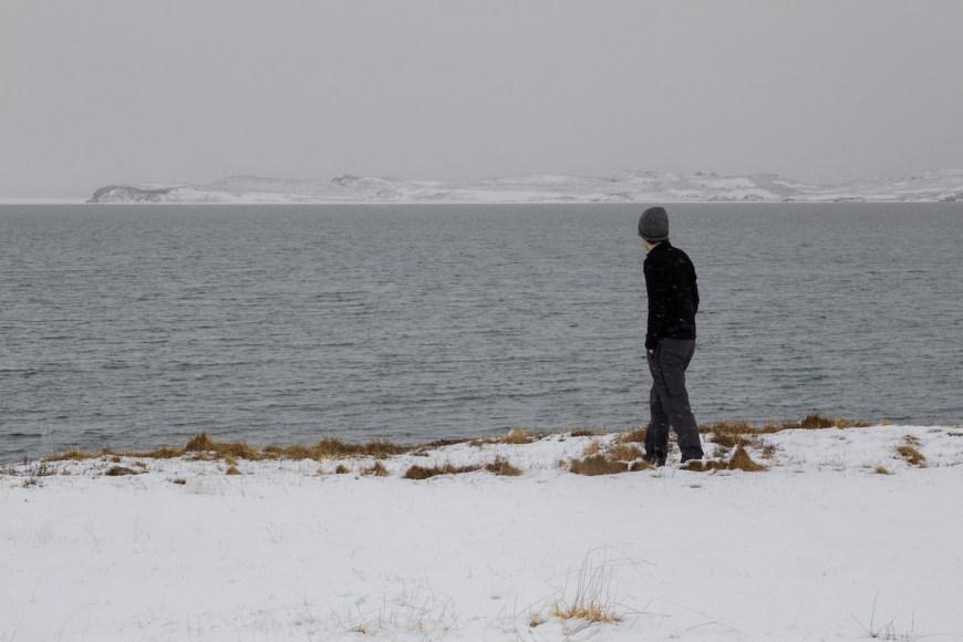 Alex frente al lago Myvatn en el norte de Islandia