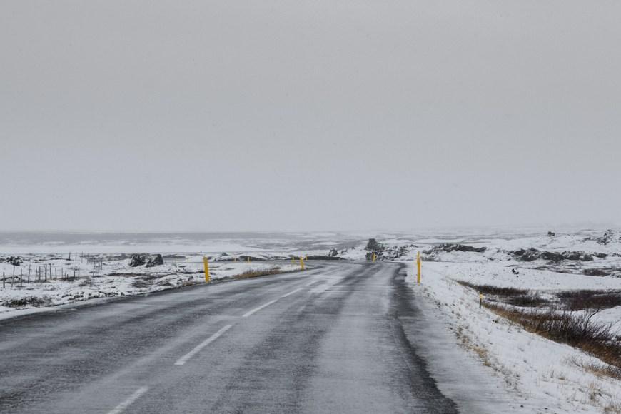 Carretera nevada que bordea el lago de Myvatn en el norte de Islandia