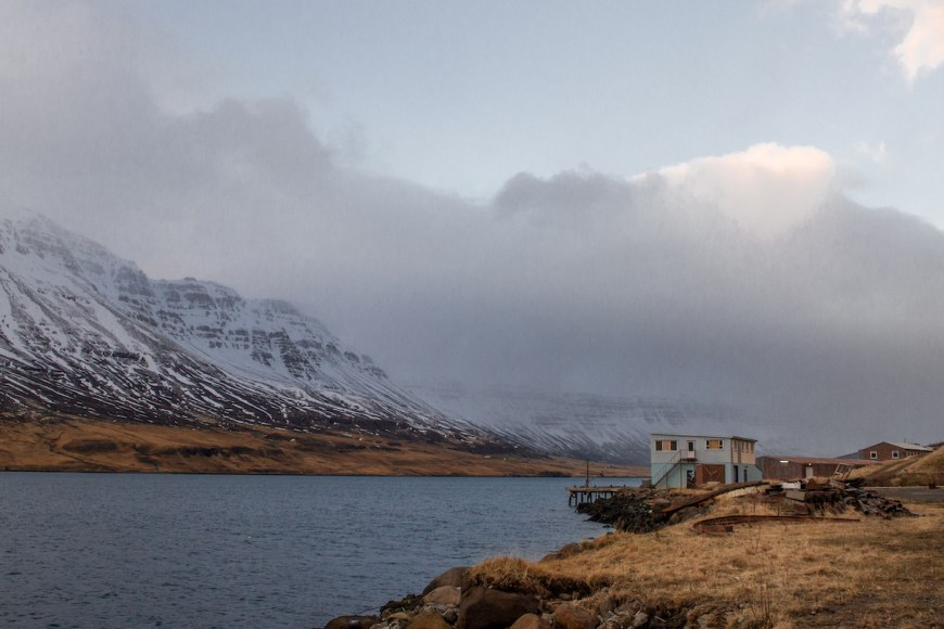 Fiordo de Seydisfjordur en el este de Islandia