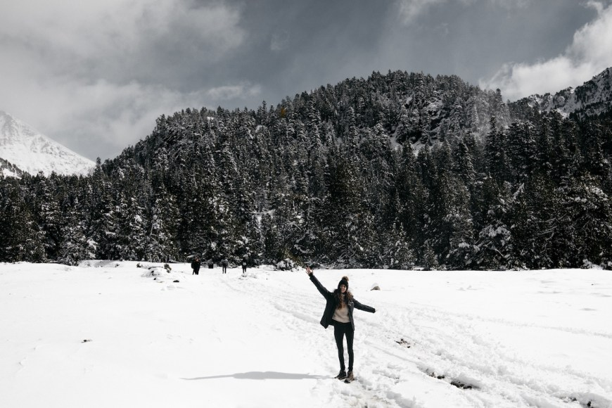 Anna de camino a l'Estany Llong des del Planell d'Aigüestortes, La Val d'Aran
