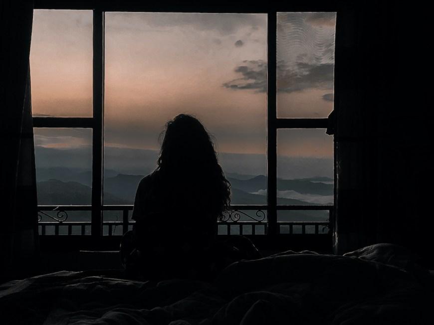 Anna frente al amanecer desde la habitación del hotel en Sarangkot, Nepal