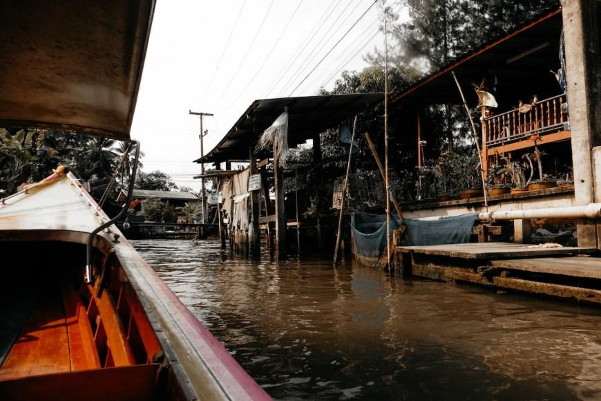 Montados en un long tail hacia el mercado damnoen saduak en tailandia