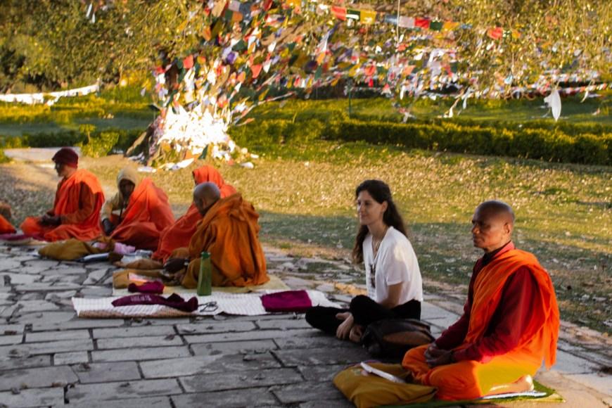 Anna con los monges budistas en Lumbini, Nepal