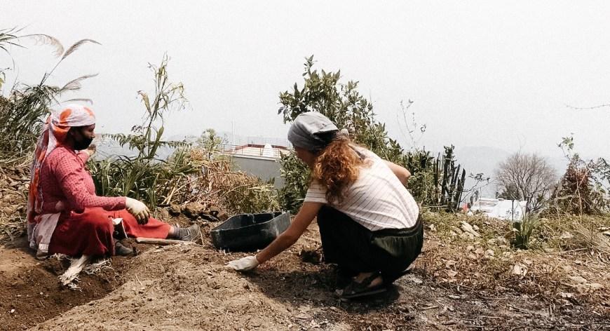 Anna junto a mujer nepalí trabajando en el jardín, Nepal